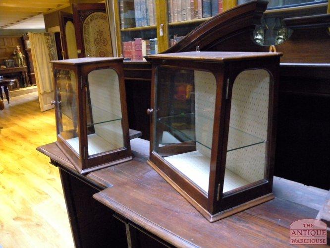 kleine vitrinekast fabulous ikea hemnes vitrinekast met lades witgebeitst massief hout heeft. Black Bedroom Furniture Sets. Home Design Ideas