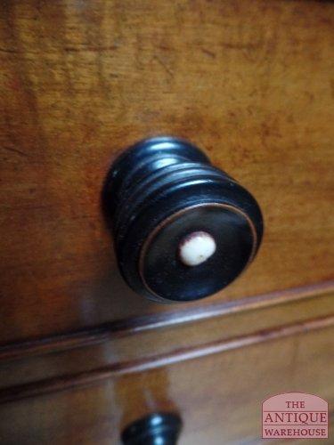 zwart gepolitourde houtenknop met benen inleg